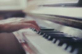 Någon som leker pianot