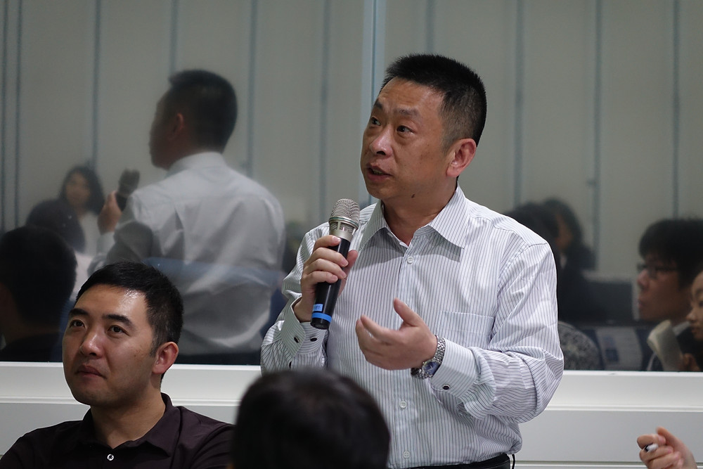 Mr. YANG Chuan of Hunan Province asking a question to workshop experts.