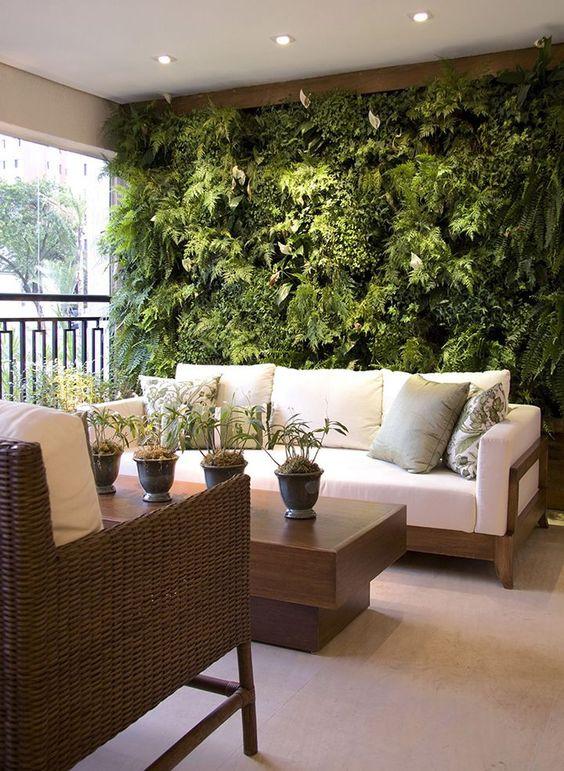 Jardim vertical na varanda.