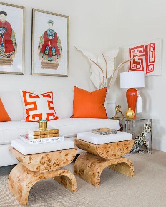 Sala com adornos em laranja.