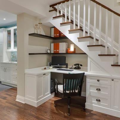 Escrivaninha e prateleiras abaixo da escada.