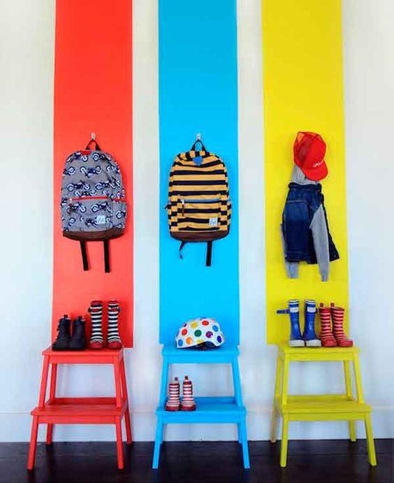 Cabides e sapateiras coloridas.