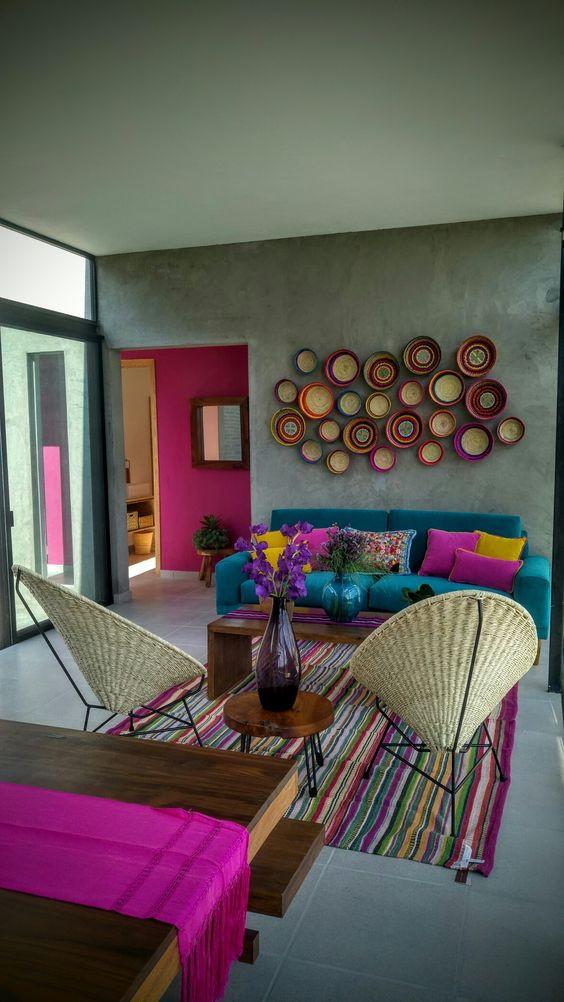 Sala colorida e corredor com cor.