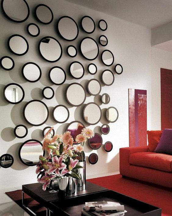 Sala com espelhos redondos.