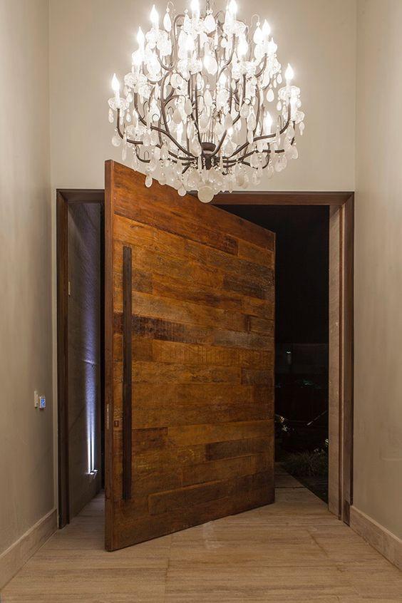 Porta pivotante de madeira.