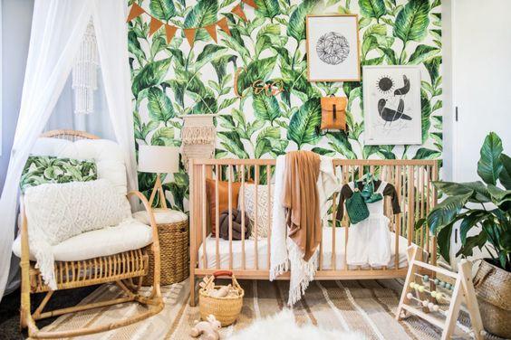 Papel de parede de folhagem no quarto de bebê.