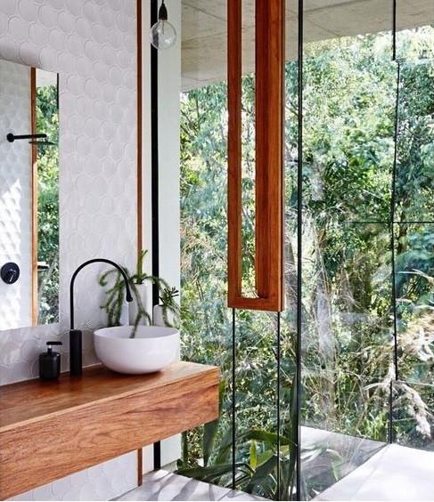 Banheiro com parede de vidro.