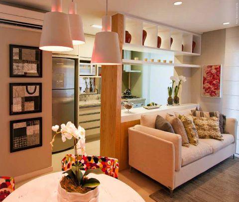 Salas e cozinha pequenas integradas.