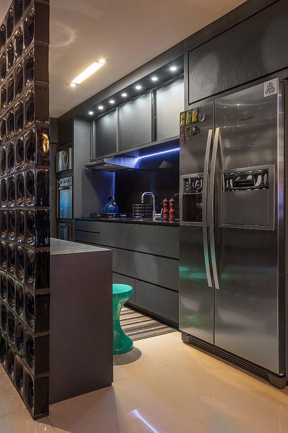 Cozinha com geladeira side by side. Projeto: Studio Vert.