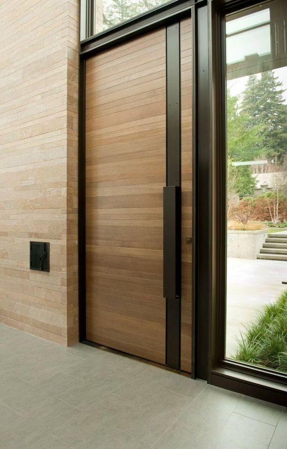 Porta de madeira e alumínio preto.