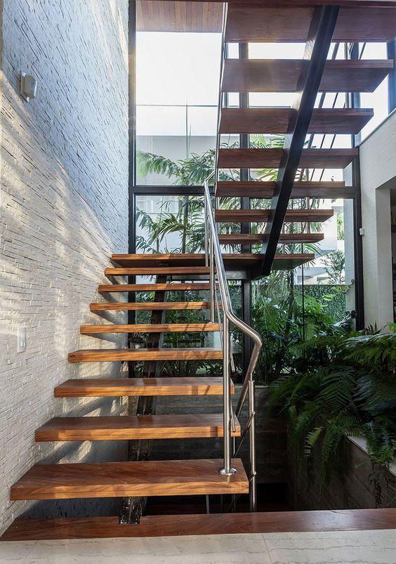 Escada com parede de vidro. Projeto: Ruschel Arquitetura.