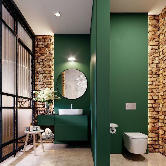 Banheiro com parede verde.