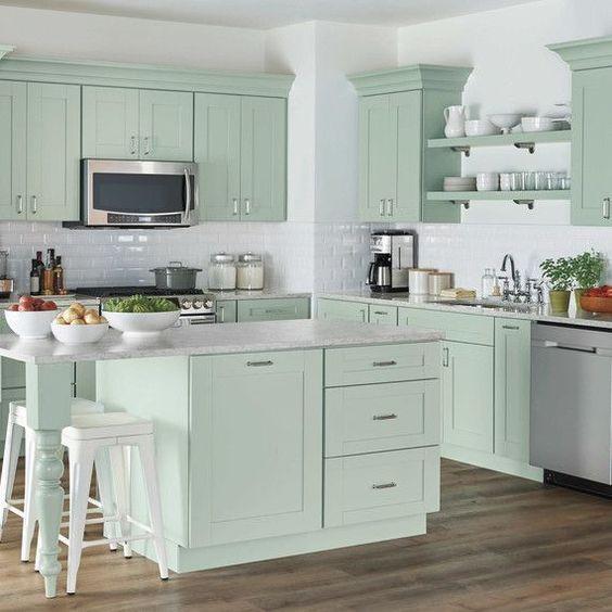 Cozinha com ilha verde menta.