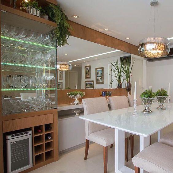 Sala de jantar com cristaleira e buffet. Projeto:  Mariane e Marilda Baptista.