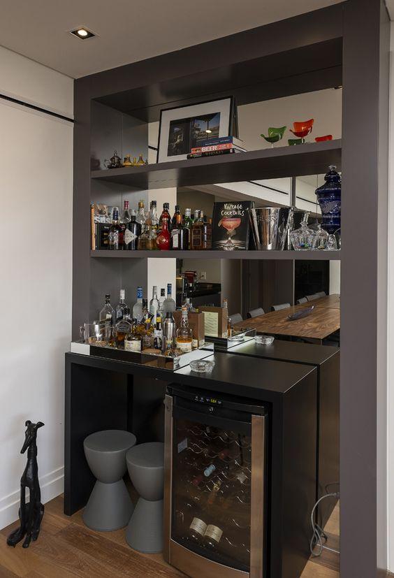 Bar com adega na sala de jantar. Projeto: Elaine Carvalho.