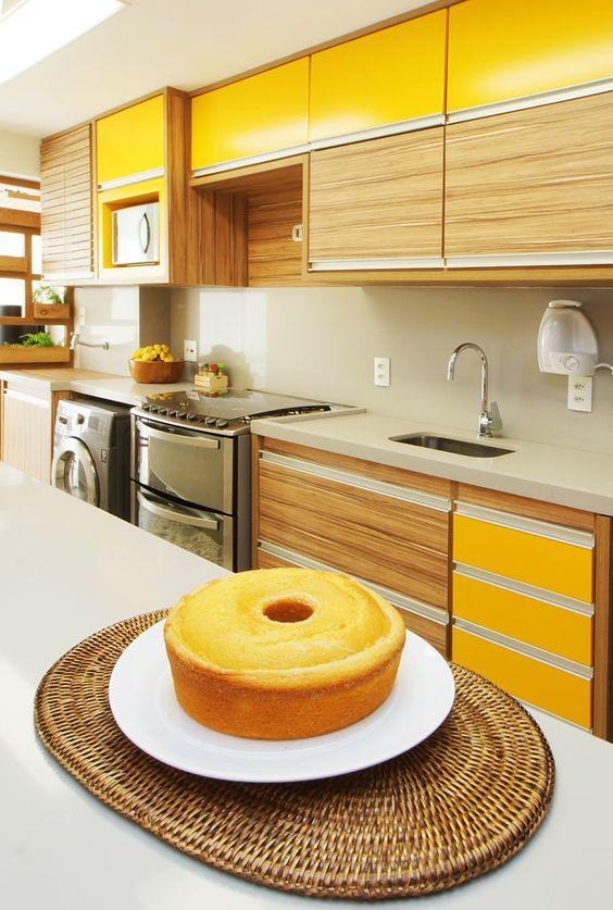 Cozinha com armários amarelos. Projeto: Serra Vaz Arquitetura.