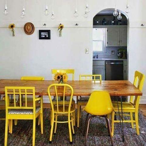 Cadeiras amarelas de modelos diferentes.