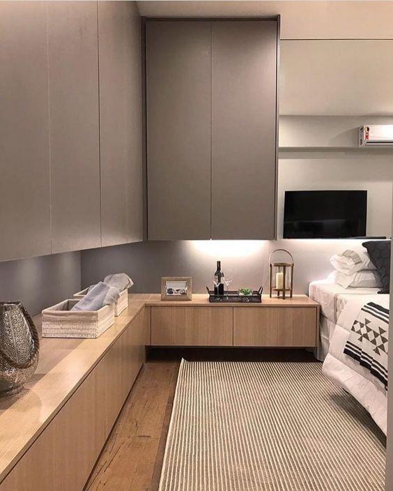 Quarto com armários organizados. Projeto: Carol Miluzzi.