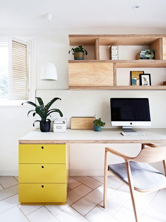 Escritório com escrivaninha com gaveteiro. Projeto: Doherty Design Studio.