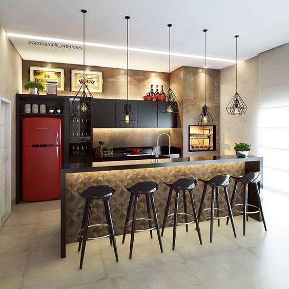 Área gourmet com bancada e bancos altos. Projeto: Carol Cantelli.