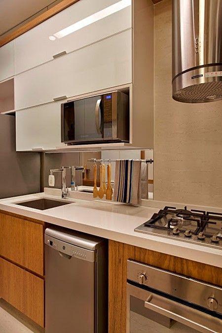 Cozinha com lava-louças.
