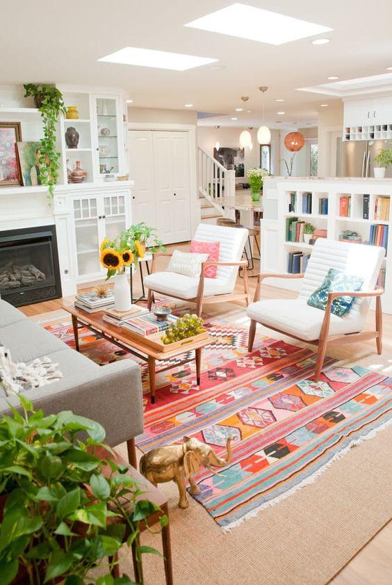 Sala com toques de cor e plantas.