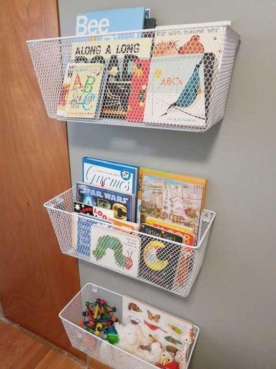 Cestos com livrinhos e brinquedos. Foto: homedit.