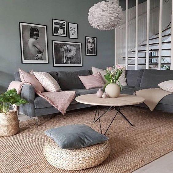 Sala de estar cinza e rosa.