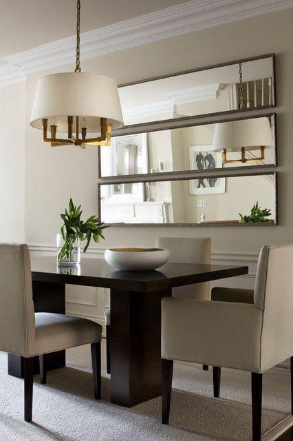 Sala de jantar com espelho.