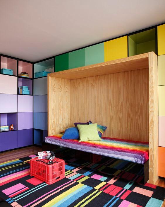Estante de nichos coloridos. Projeto: Studio Guilherme Torres.