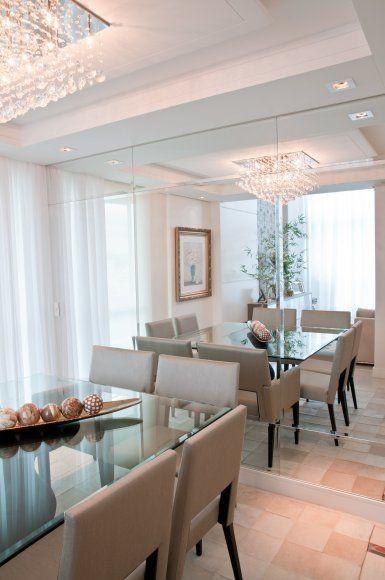 Sala de jantar com parede de espelho.