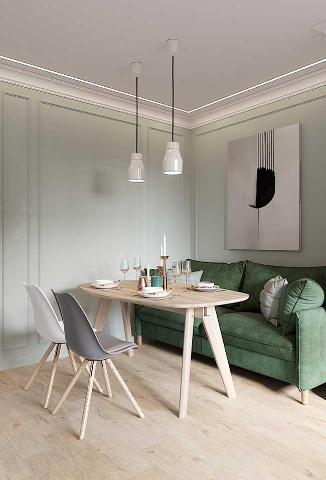 Sala com parede e sofá verde.