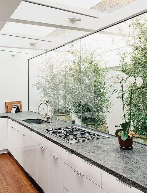 Cozinha com janela e teto de vidro.
