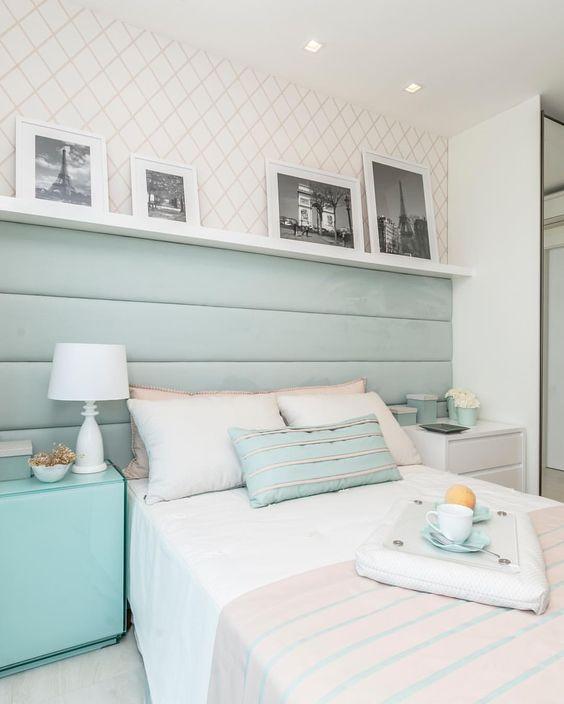 Quarto com cabeceira e mobiliário azul claro.