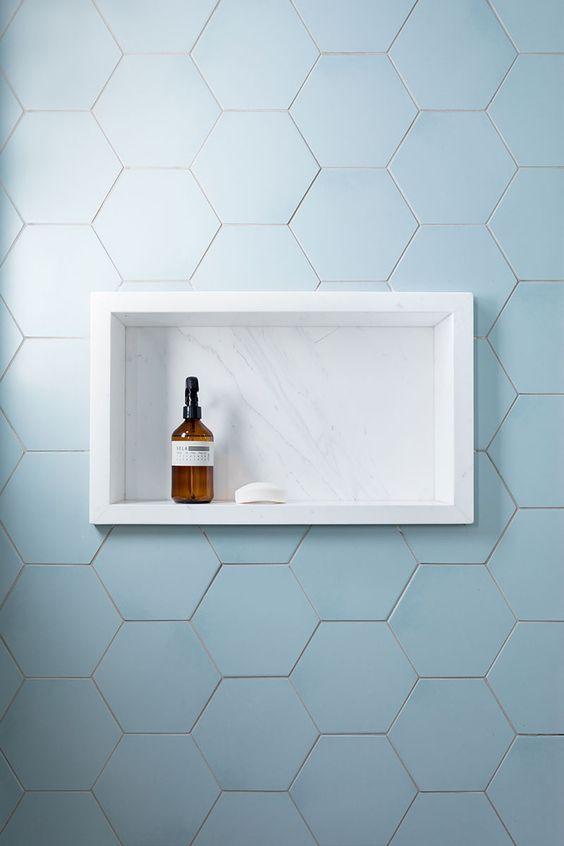Nicho simples com moldura de mármore. Projeto: Simone Meirelles Arquitetura e Interiores.