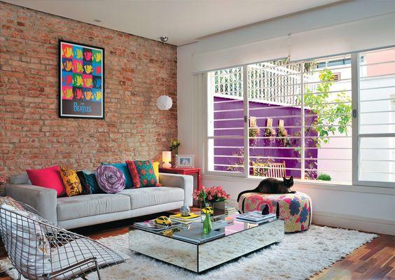 Sala de estar colorida.