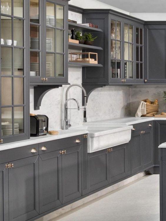 Cozinha com armários cinza.