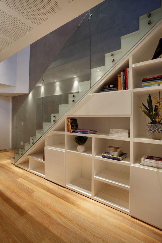 Estante de nichos abaixo da escada. Projeto: Intown Arquitetura.