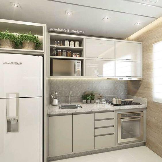 Cozinha com cooktop e forno. Projeto: Carol Cantelli.