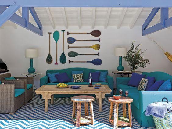 Varanda de casa de praia em tons de azul.