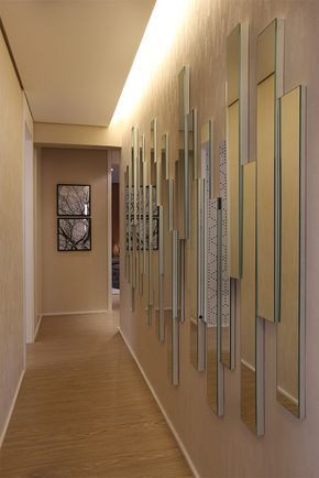 Corredor com espelho decorativo na parede. Projeto: Fernanda Marques.