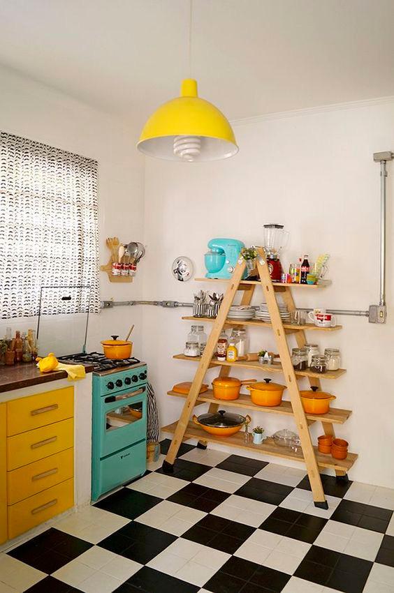 Estante escadinha na cozinha.
