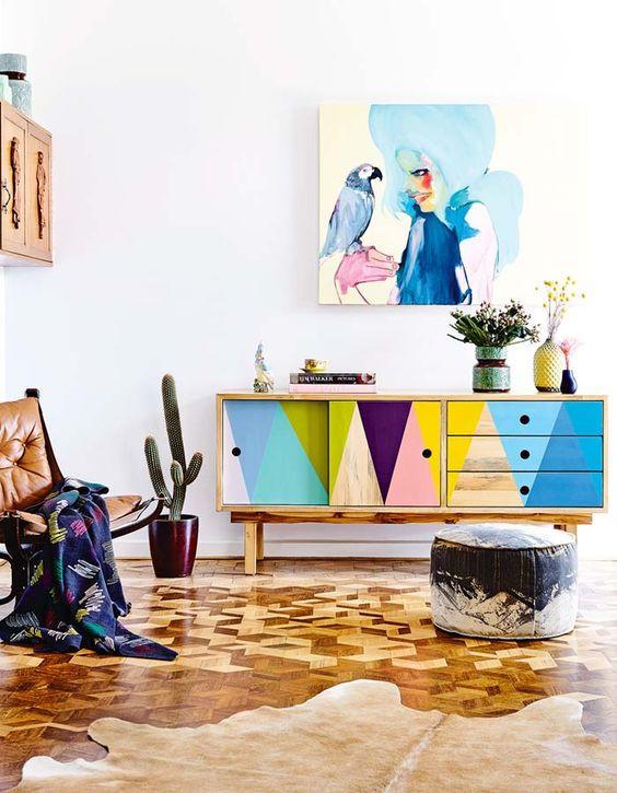 Mobiliário e piso geométricos.