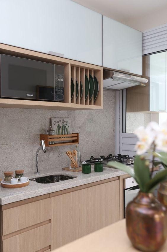 Cozinha com microondas comum.