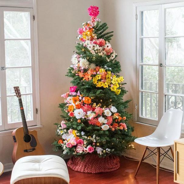 Árvore decorada com flores.