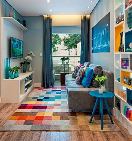 Sala com tapete colorido. Projeto: Adriana Fontana.