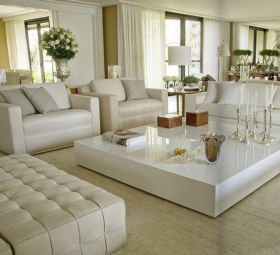 Sala de estar neutra e grande.