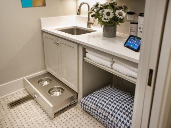 Prato de refeição e cama para pet na área de serviço. Foto: HGTV.