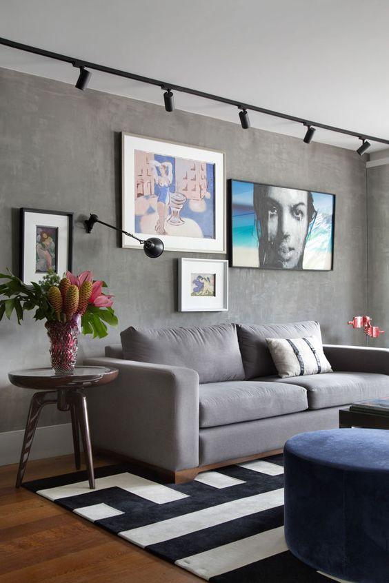 Sala de estar com parede em cimento queimado. Projeto: Juliana Pippi.