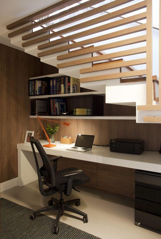 Home office abaixo da escada. Projeto: Juliana Pippi.
